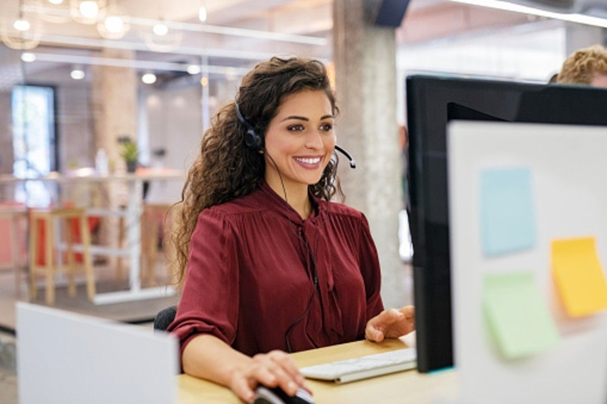 telemarketer talking with a b2b client
