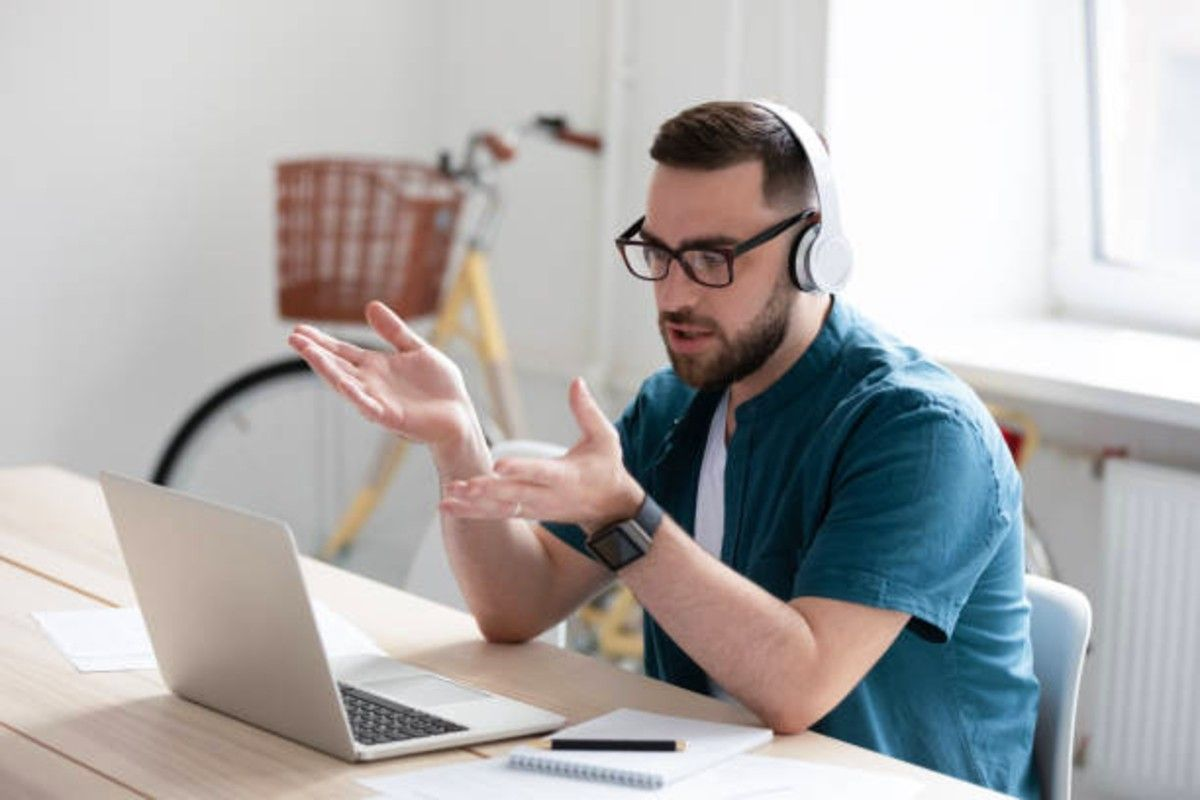 telemarketer listening to his customer to better address their objections